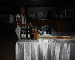 Une de nos Hôtesses prépare la table pour le cocktail d'ouverture